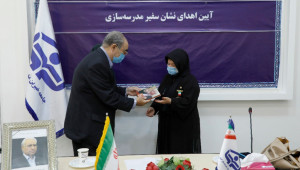 نشان سفیر مدرسه سازی به «پوران درخشنده» اهدا شد